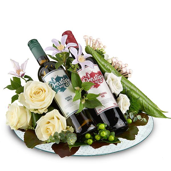Bloemstuk met rode en witte prestige wijn